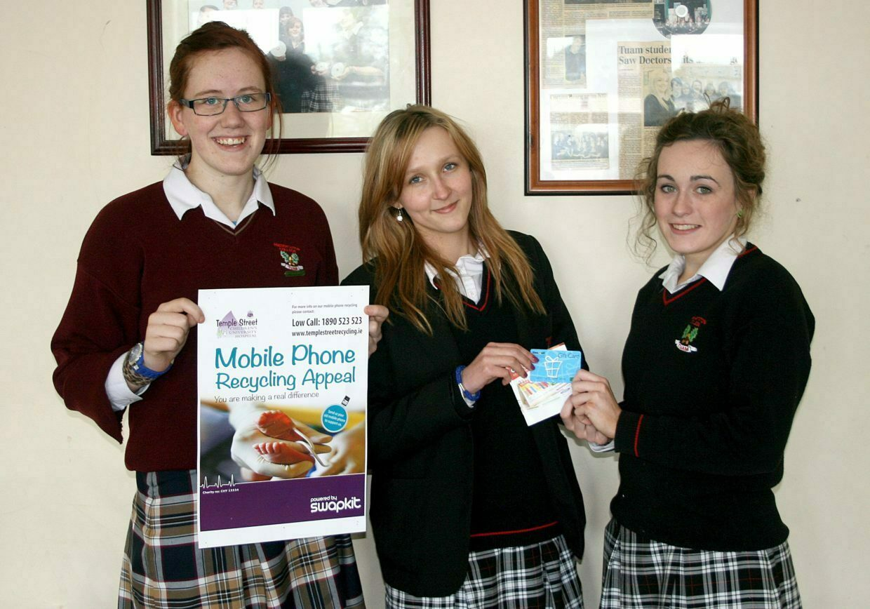 Jemma Burke accepting the €100 One For All Voucher on behalf of her mother Mary Burke the winner of our Temple Street phone recycling appeal from Magdalena Grochola & Jennifer Munnion of the Green Schools committee